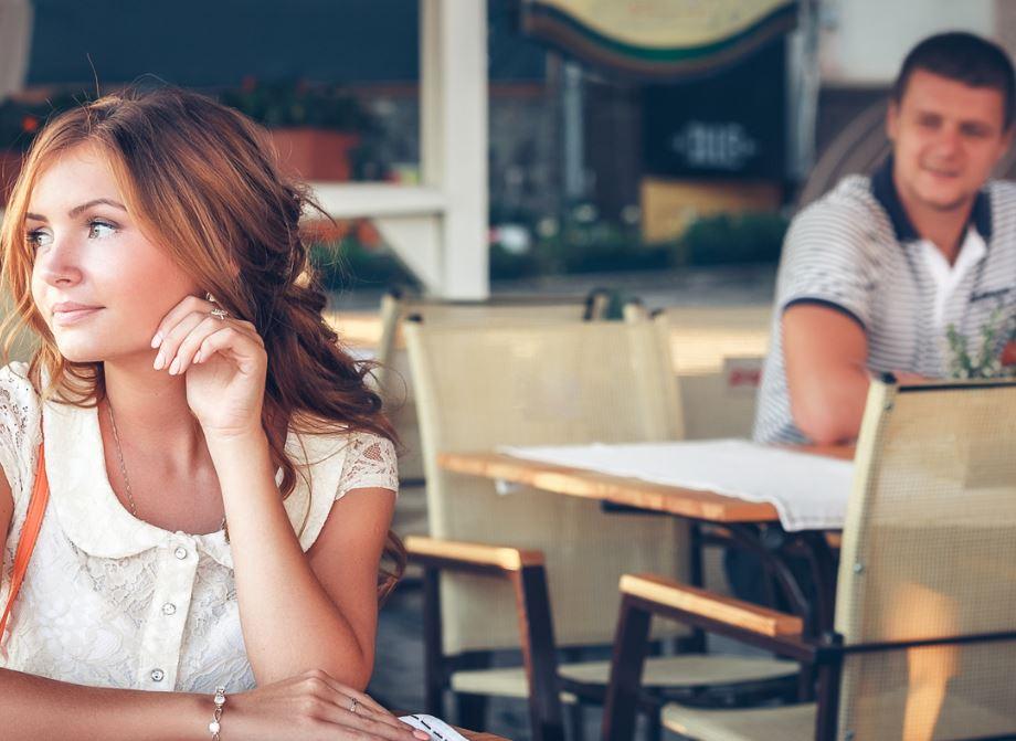 Быстрый секс на вечер: подцепить девушку в баре или снять проститутку?